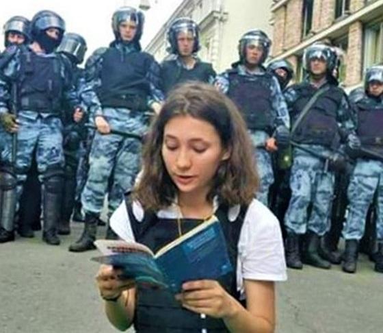 Olga Misik legge Costituzione arrestata Russia 2